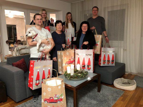 Ein Teil der Familie, die Weihnachtsgeschenke spendet. rettet das Kind