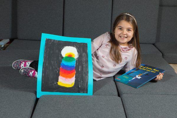Esma Kilic in ihrer Lese-Ecke mit dem Titelbild, das die Schülerin der 1b gezeichnet hat.Klaus Hartinger