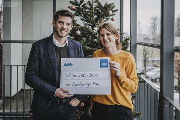 Geschäftsführer Friedrich Faigle und Cornelia Reibnegger vom Sozialsprengel Hard bei der Scheckübergabe.Angela Lamprecht Fotografie