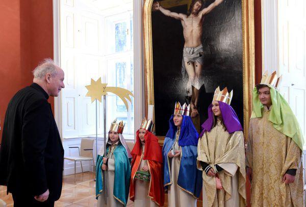 Immer wieder ein besonderes Highlight für die Sternsinger: der erste Besuch beim Kardinal.APA