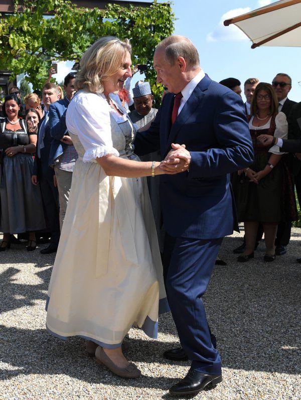 Karin Kneissl schwingt mit Wladimir Putin das Tanzbein.AP