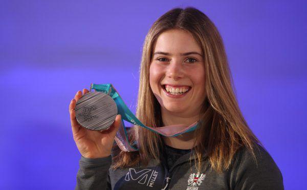 Katharina Liensberger mit ihrer Olympia-Silbermedaille aus dem Teambewerb.Gepa