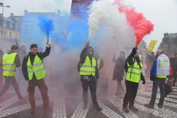 Knallgelbe Westen als Uniform des Widerstands.AFP