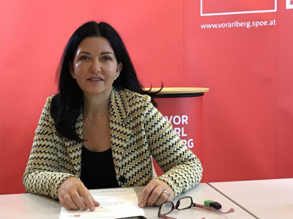 """Manuela Auer kritisiert die Regierung und spricht von """"Geschenken an die Wirtschaft.Sebastian Rauch"""