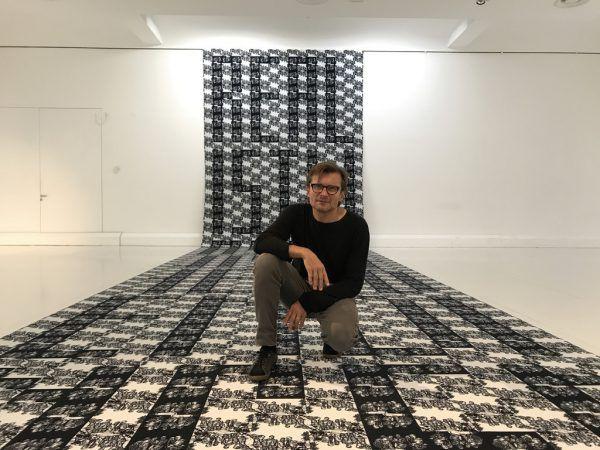 Marbod Fritsch auf seiner Installation in der aktuellen Ausstellung im Kunstraum Engländerbau in Vaduz.Marbod Fritsch