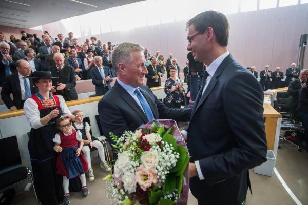 Mit stehendem Applaus und einem Blumenstrauß wurde Erich Schwärzler bei der Landtagssitzung verabschiedet.Philipp Steurer