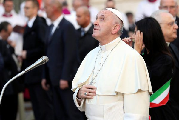Papst Franziskus betete an der Mariensäule in Rom. Reuters