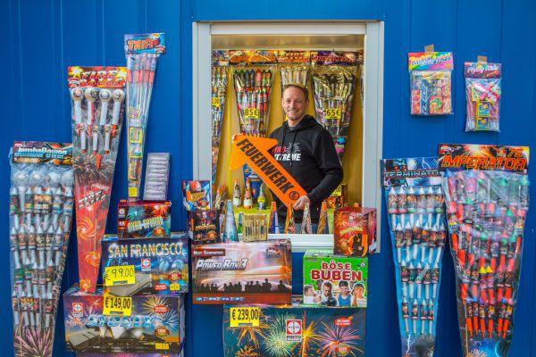 Seit 2010 ist der ausgebildete Pyrotechniker Patrick Fischer im Feuerwerksverkauf tätig.Klaus Hartinger
