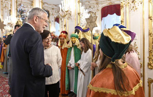 Sternsinger auf Besuch bei Bundespräsident Alexander Van der Bellen und seiner Frau Doris Schmidauer. APA