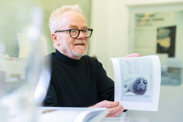 Tone Fink in seinem Atelier in Fußach. Bild rechts: Der Künstler zeigt ein Blatt aus der Bücherserie, die bald präsentiert wird.Dietmar Stiplovsek (4)