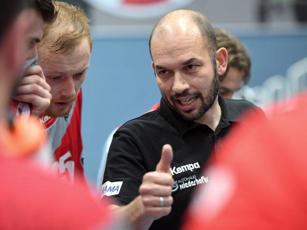 Während Bregenz-Coach Jörg Lützelberger (l.) unter Druck steht, kann Hard-Betreuer Klaus Gärtner recht entspannt in die letzte Runde gehen.Gepa/Lerch (2)