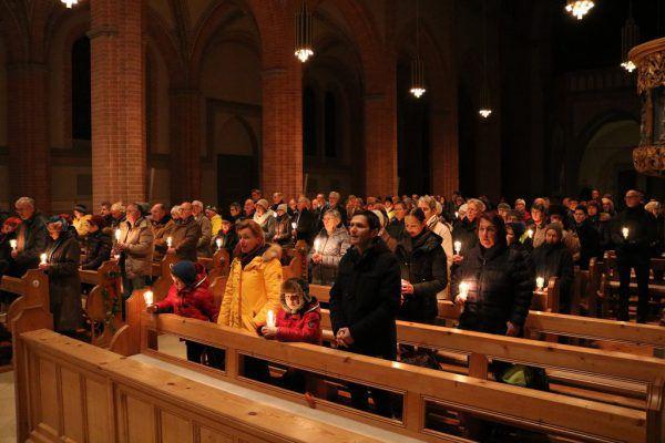 Zahlreiche Menschen beteiligten sich am Lichtermarsch in Bregenz.Kath. Kirche/Daniel Raum