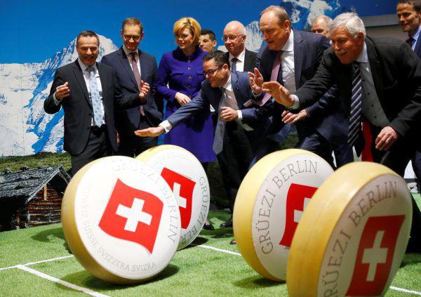 Beim Stand der Schweiz wurden natürlich Käse-Laibe gerollt.Reuters