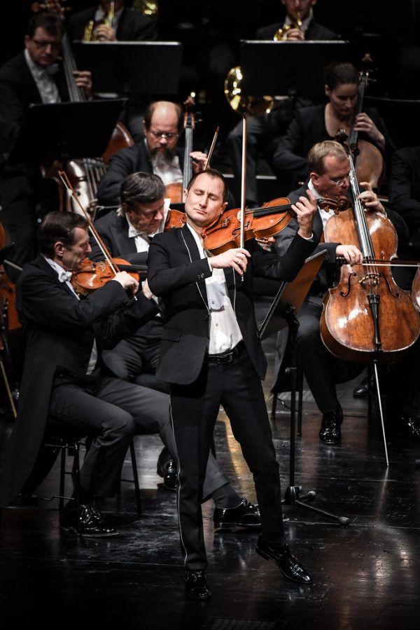 Der französische Dirigent François-Xavier Roth leitete die Wiener Symphoniker. Kleines Bild: Solist Antoine Tamestit. Udo Mittelberger (2)