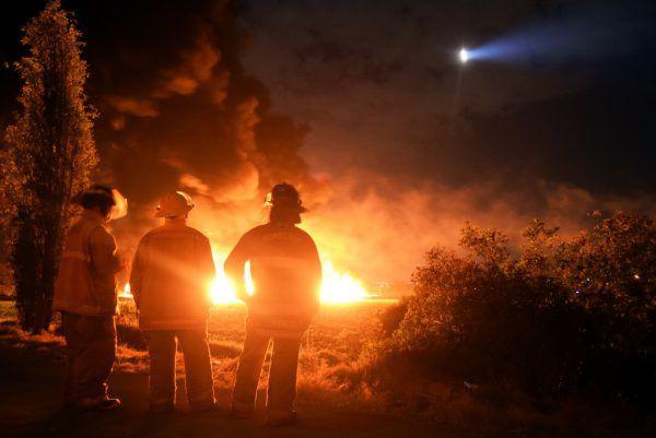 Die Flammen schlugen meterhoch in den Nachthimmel.AFP (2), reuters