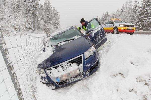 Kälte, Nässe und rutschige Straßen durch Glatteis oder Schnee führen immer wieder zu Unfällen – so auch in den letzten Tagen.SYmbolFOTo Hofmeister
