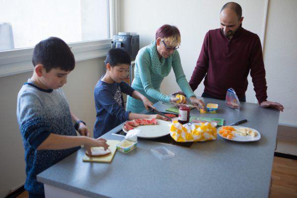 Gemeinsam wird in der Küche die Jause vorbereitet.Klaus hartinger (4)