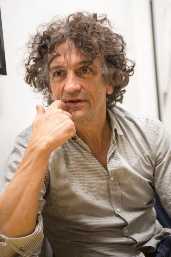 Henry Arnold, auch musikalisch begabt, begann als Schauspieler und führt nun zusätzlich Regie. Klaus Hartniger (2)