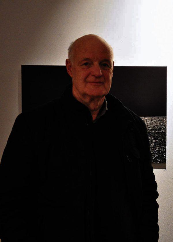 """Hermann Prägs Werke """"Durchgang"""" und """"Fremde Geometrie"""" (kleines Bild). Unten: der Künstler in Batschuns.Hermann Präg (2)/Wolfgang Ölz (1)"""