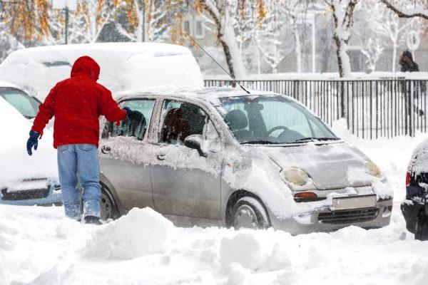 Motor laufen lassen, um Eis zu kratzen – das kann teuer kommen.Symbolbild/Shutterstock