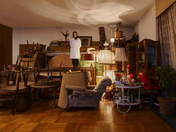 Nadine Hirschauer auf den Möbeln, die sie in akribischer Arbeit inventarisiert hat.Marc Lins Photography