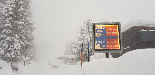 Nichts geht mehr – aufgrund des Schneefalls kam es zu Straßensperren.Lech/Zürs Facebook