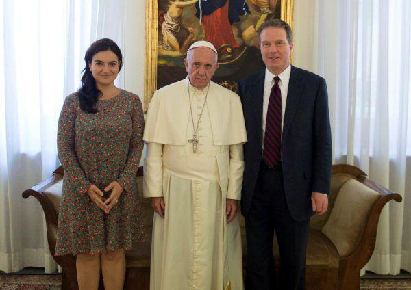Paloma García Ovejero, Papst Franziskus und Greg Burke während eines Meetings 2016 im Vatikan.  Media/Handout via REUTERS