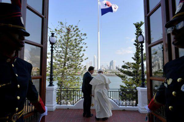 Papst Franziskus nach seiner Ankunft mit Panamas Präsident Juan Carlos Varela. REUTERS
