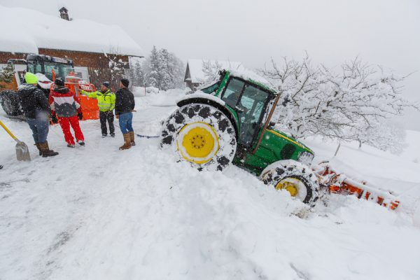 Schneeräum-Traktor rutschte ab.Hofmeister