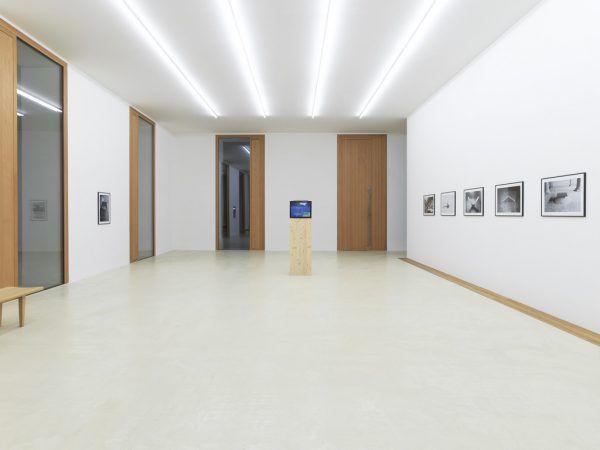 """Schwarzweißfotografien und Filme von Roman Signer. Kleines Bild: Der Künstler in Aktion (""""Sandsäule"""", 1979).Roman Signer/Häusler Contemporary München, Zürich (2)"""