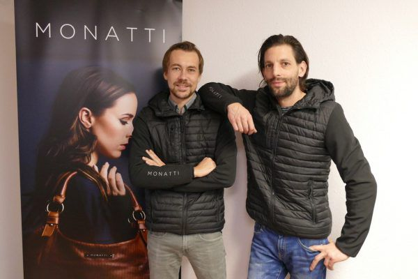 Sebastian Hämmerle und Martin Bonatti vor einem Plakat ihres TaschenlabelsJaeneke