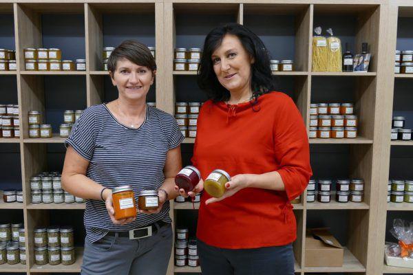 Ulrika Eberle (r.) und Helga Bilgeri mit Erzeugnissen der Manufaktur.