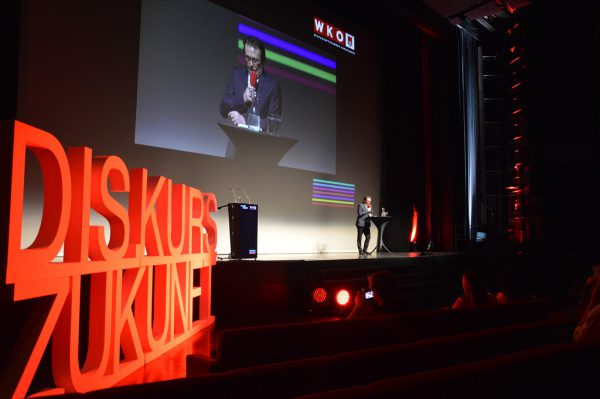 Wirtschaftskammer-Präsident Hans-Peter Metzler begrüßte die Gäste im Festspielhaus Bregenz. Rund 1000 Unternehmer sowie Interessierte hatten sich für die Veranstaltung angemeldet. WKV