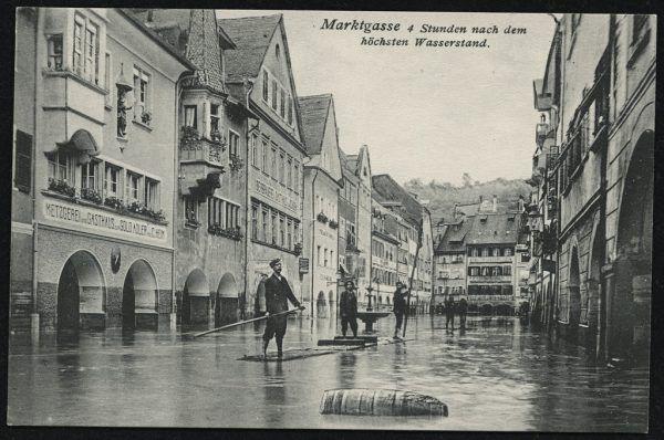 Die Marktgasse wurde 1910 zwei Meter hoch überflutet. Oben: Die reißende Ill in der Kapfschlucht (links) und die überschwemmte Kaiser-Franz-Josef-Brücke (rechts, heute Montfortbrücke) VlBG. Landesrepositorium