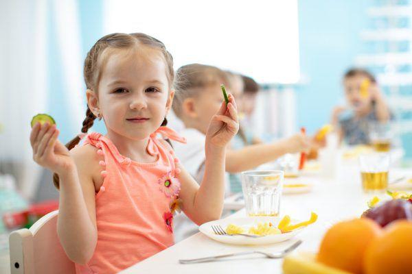 Gesunde Ernährung soll so früh wie möglich gelernt werden.Shutterstock