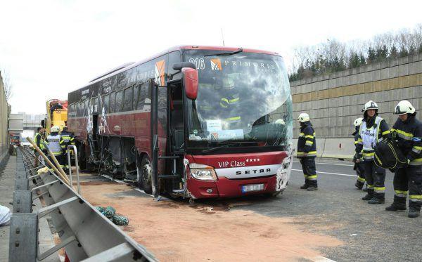 Der Bus geriet ins Schleudern und krachte in die Leitschienen.APA