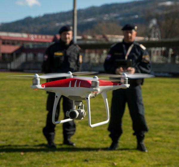 Joachim Saltuari und Alexander Sartori beim Drohnenflug im Stadion.Roland Paulitsch (2), Bergauer (1)
