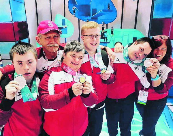 Vorarlbergs Schwimmer, die gestern im Einsatz waren: Johannes Summer (Silber), Trainer Helmut Fessler, Michaela Klocker (5.), Fabian Groß (8.), Alkis Hakan (Silber), Trainerin Petra Burtscher. SOÖ
