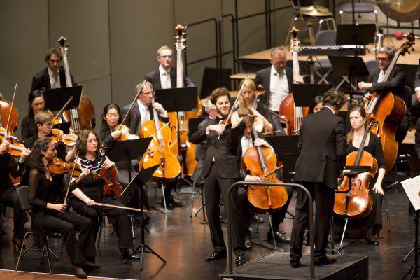 SOV-Abo-Konzert im Frühjahr 2019. in der Mitte zu sehen ist Violinist Emmanuel Tjeknavorian, der gerade den SOV-Part zur Haydn-Passionsmusik dirigierte.Mathis Fotografie