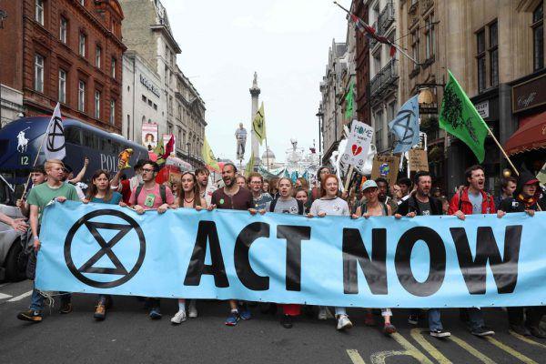"""""""Handelt jetzt"""" steht auf dem Plakat der Klimaaktivisten. Toby Melville"""