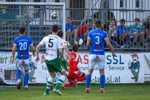 Ein seltenes Bild in dieser Saison: Noah Küng vom FC Lustenau wird bezwungen.Lerch