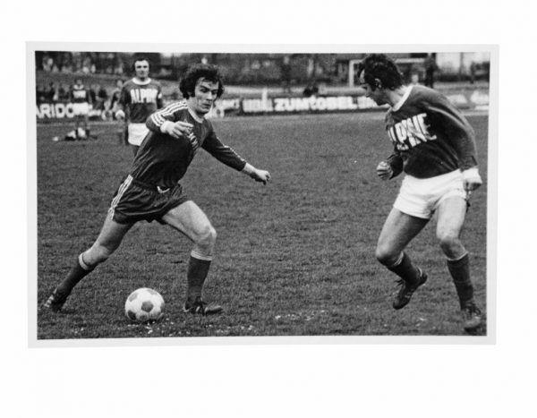 Oben: FC Dornbirns Westliga-Meistermannschaft der Saison 1973/74, die einen Anspruch auf den Bundesliga-Aufstieg hatte.Links: Eine Momenaufnahme aus einem Spiel der Rothosen Mitte der 1970er-Jahre, sie zeigt Erich Walter am Ball.Unten: Der inzwischen verstorbene ehemalige VFV-Präsident Hugo Häusle fand 1974, dass der FCD nicht in die Bundesliga gehört. FC Dornbirn (2), VFV