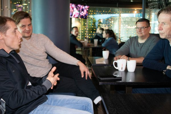 Alexander Kutzer, Jussi Tupamäki, Goalie-Trainer Otto Myllynen und Markku Kyllönen beim Gespräch in Helsinki.©cdmediateam