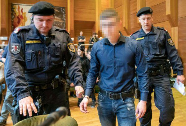 Der 20-jährige Angeklagte, der bei einem Festival in Imst einen 17-Jährigen mit einem Messer getötet haben soll, stand gestern vor Gericht. APA/ZEITUNGSFOTO.AT/DANIEL LIEBL, APA/EXPA/JOHANN GRODER