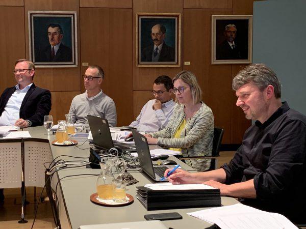 Der Rechnungsabschluss wurde mit 27 (ÖVP, Grüne, SPÖ, Liste Tekelioglu) Stimmen zu neun (FPÖ)-Gegenstimme beschlossen. Gemeinde Lustenau