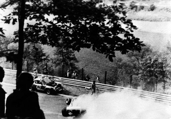 Die Unfallstelle am Nürburgring .Unten; Lauda mit der Nummer 1 wenige Minuten vor dem Unfall.APA (3), DPA