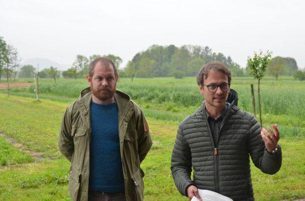 Grünen-Vertreter Simon Vetter (l.) und Daniel Zadra wollen auch regional zum Artenschutz beitragen.Grüne