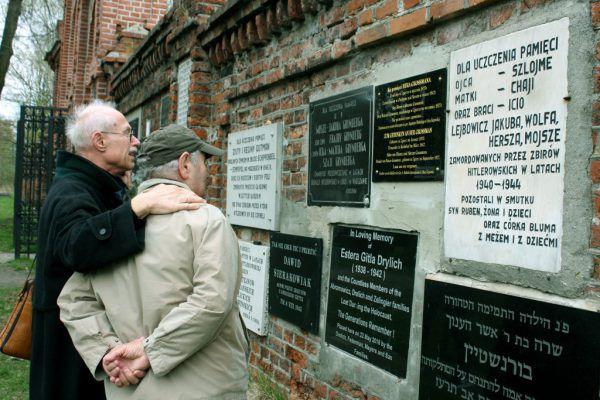 Links: Auf dem Jüdischen Friedhof in Lodz mit Natan Grossmann vor der Gedenktafel für dessen ermordeten Bruder. Frank Rühlow