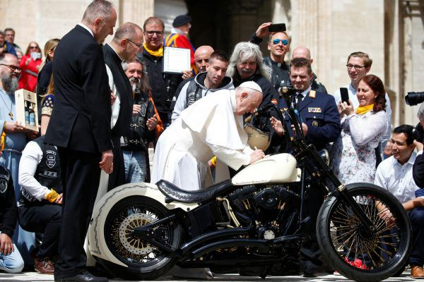 Papst Franziskus signierte die Harley. Reuters