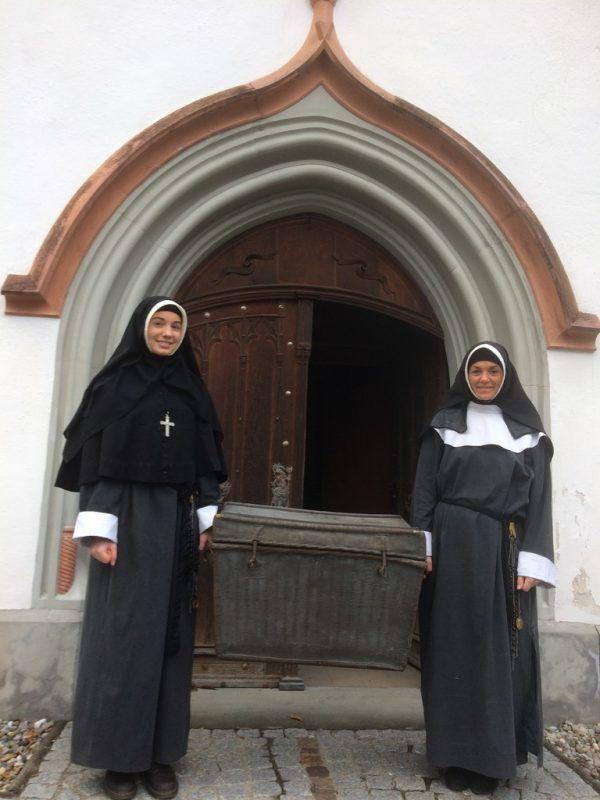 Schwesterntracht: Frauen mit dunklen Schleiern und weiß gerahmten Gesichtern.